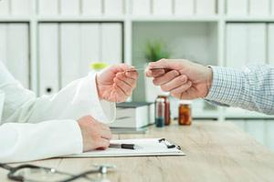 Fechando acordo médico